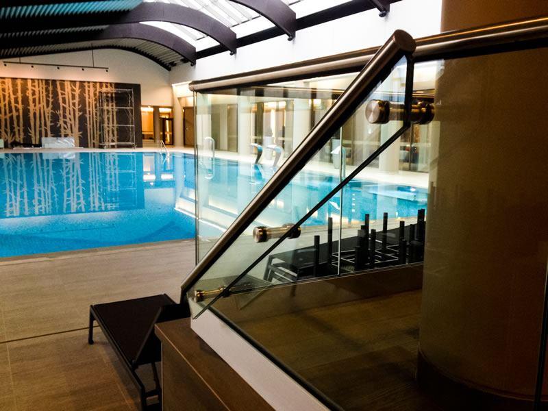 balustrada de sticla piscina interioara